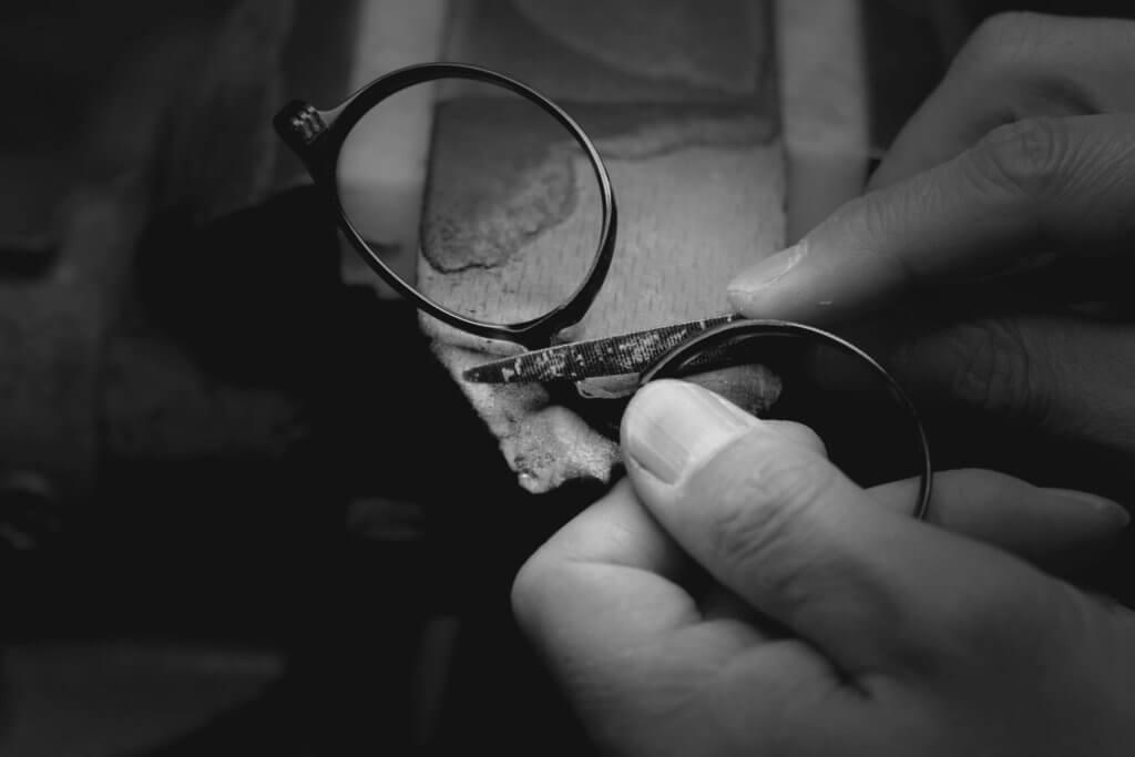 眼鏡上每個細節位,也是工匠親手刻上去的,分外能感受人的溫度。