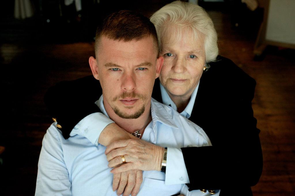 2010年4月20日,Alexander McQueen因無法接受母親Joyce McQueen的去世,在母親喪禮前一天結束生命。