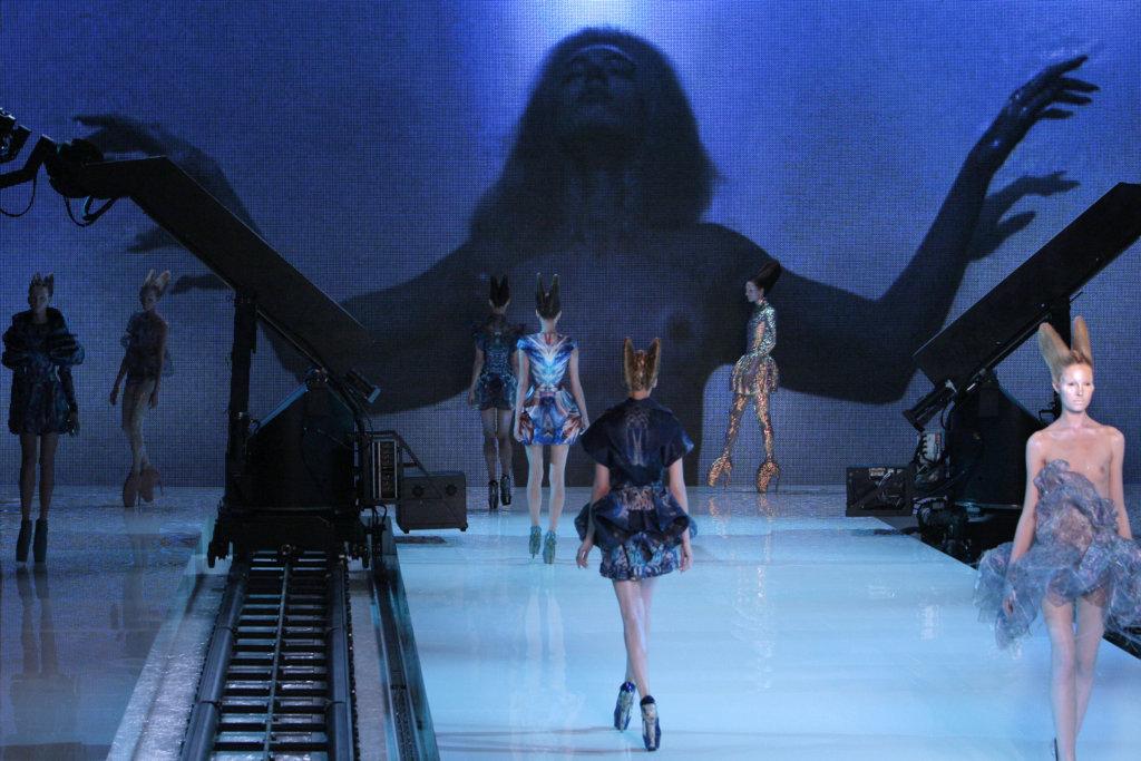 2010年春夏系列《柏拉圖的亞特蘭提斯》為McQueen生前最後一個系列,他更為自己設計了「完美」的自殺形式,計劃於時裝騷上吞槍自盡。