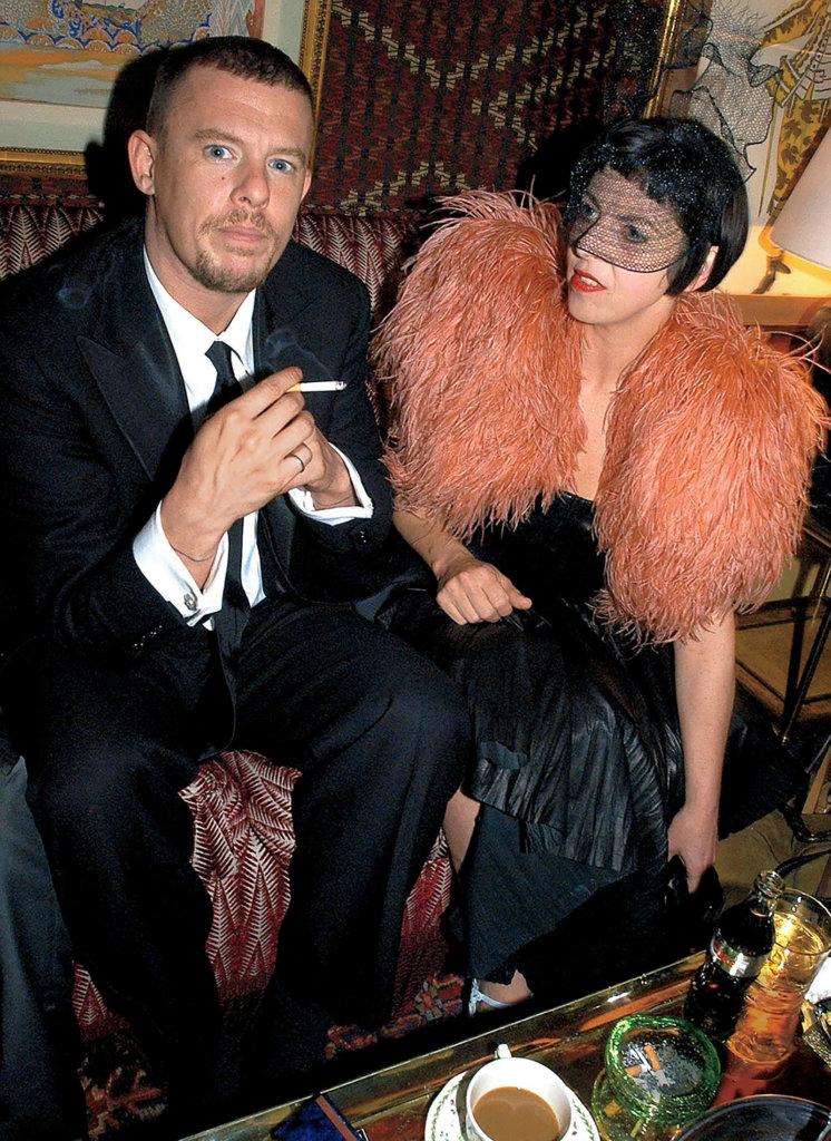 Alexander McQueen一生中遇見不少伯樂,Isabella Blow便是當中對他影響最大的一位。