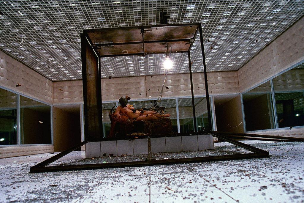 2001春夏系列《Voss》,McQueen從藝術家Joel-Peter Witkin 1983年的作品《Sanitarium》獲得靈感,讓情色女作家Michelle Olley裸露地躺在佈滿數百隻飛蛾的玻璃箱中。