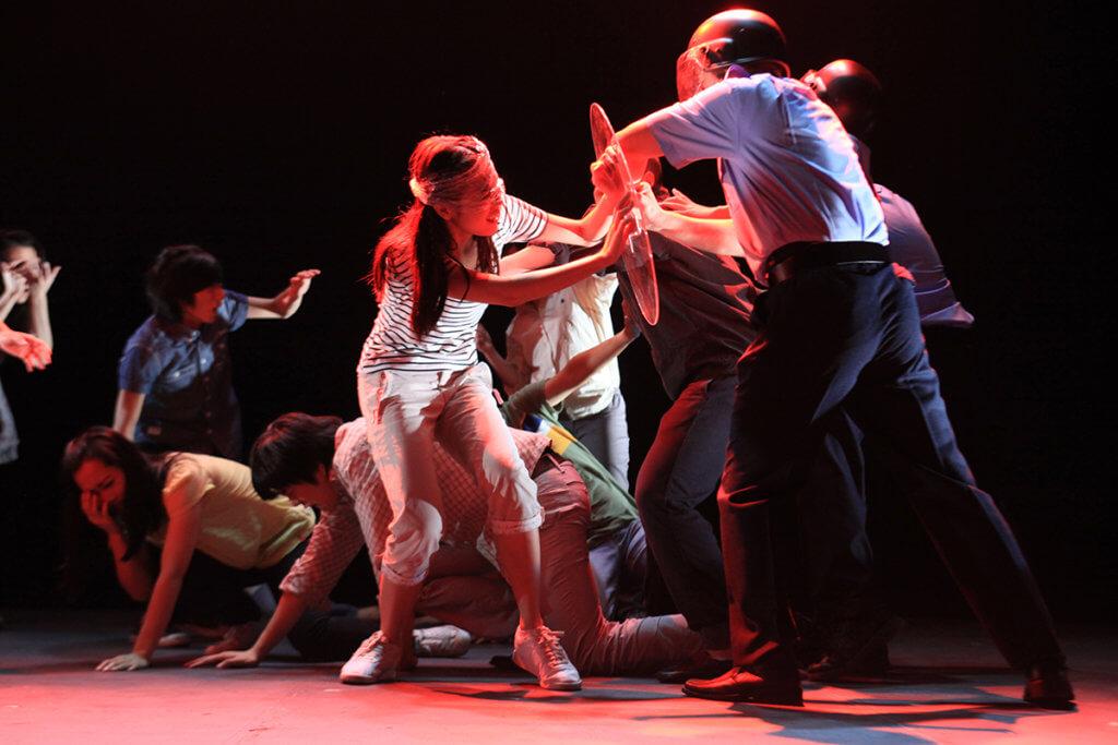 2012年學校巡演劇目《讓黃雀飛》,重現昔日香港人透過黃雀行動營救大陸異見人士。