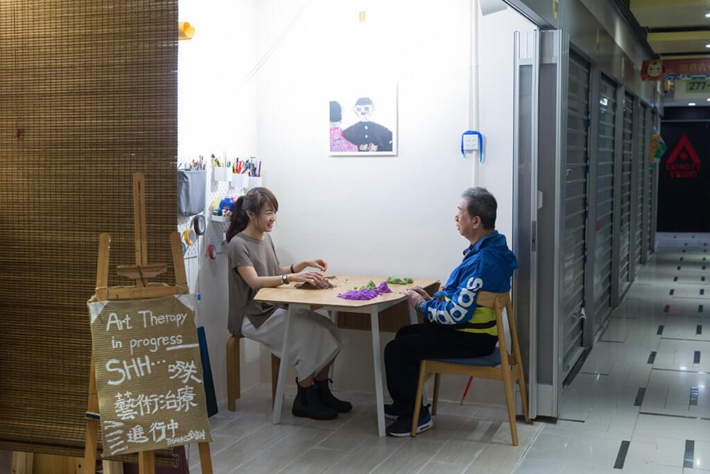 梁靜韻致力推廣殘疾人士藝術發展,修畢藝術治療課程,現時為不少失明、精神病患者等,在這個小小藝廊裏紓解情緒。