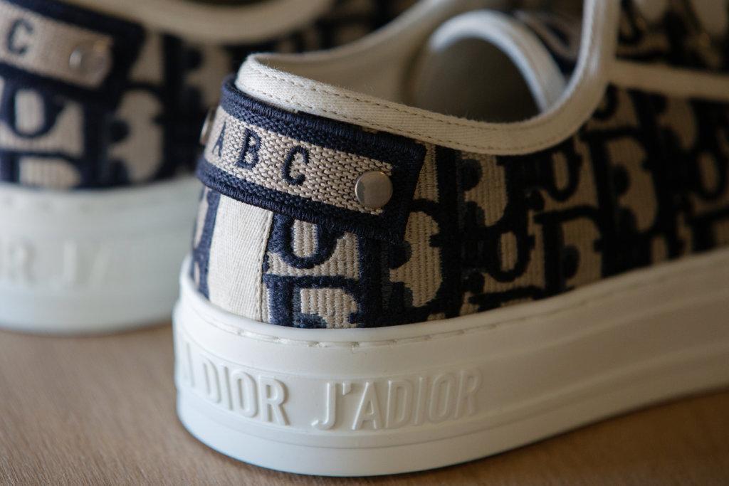 舉行期間限定店中可加入指定的英文字,打造一個專屬自己的Dior Oblique shoe。