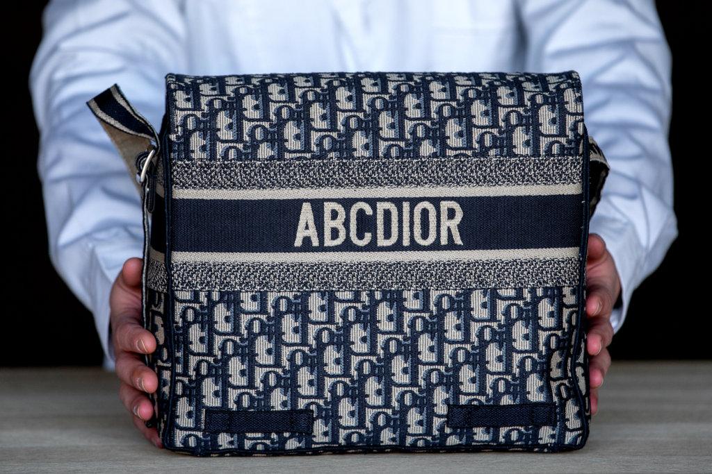 個袋子矜貴之處是翻開帆布的背面,花紋跟正面是完全一樣。