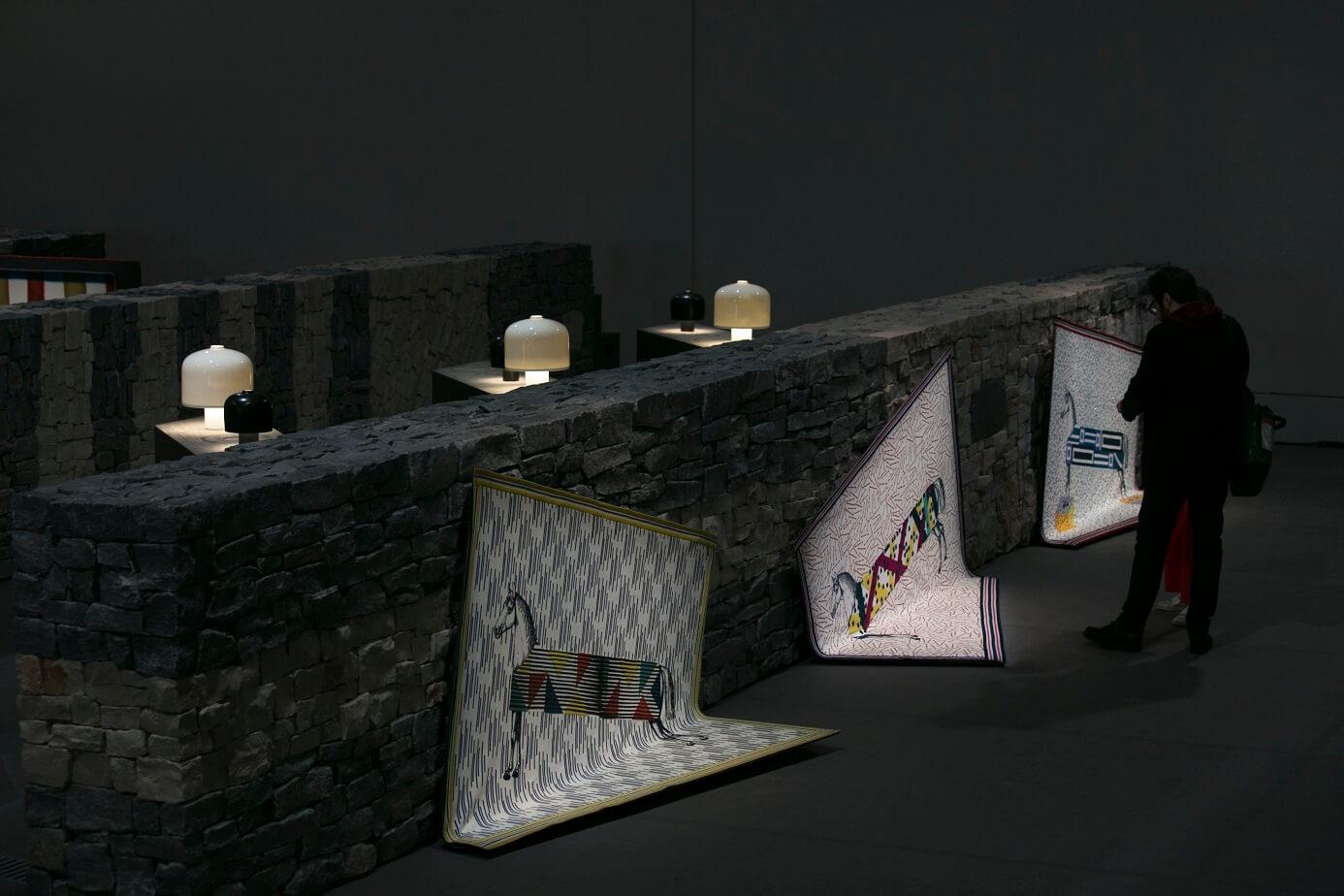 品牌將La Pelota展場布置成石牆迷宮陣,圖中的四方形毛毯(Plaid) Les Hippomobiles採用了喀什米爾羊絨及真絲,綴以玻璃珠子,讓馬兒圖案顯得神氣。