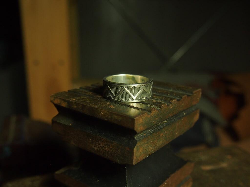客人要求余苑彬訂製一隻戒指送給女朋友,概念是Navaho中的wedding band,當中的sea Z圖案。看下去就是山與海的圖案,有山盟海誓之意。