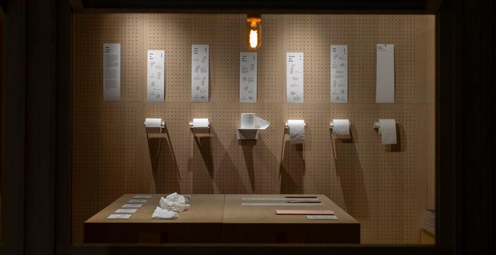 展覽示範了不同的廁紙摺疊法,你平日又是如何摺廁紙的呢?