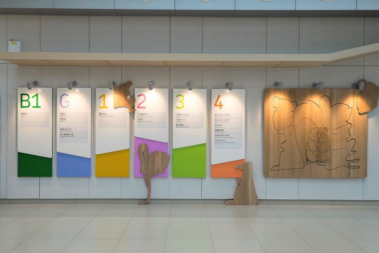 樓層指示牌用顏色及動物劃分,十分清晰。木材拼圖概念一直延伸至各個樓層,應用得宜。