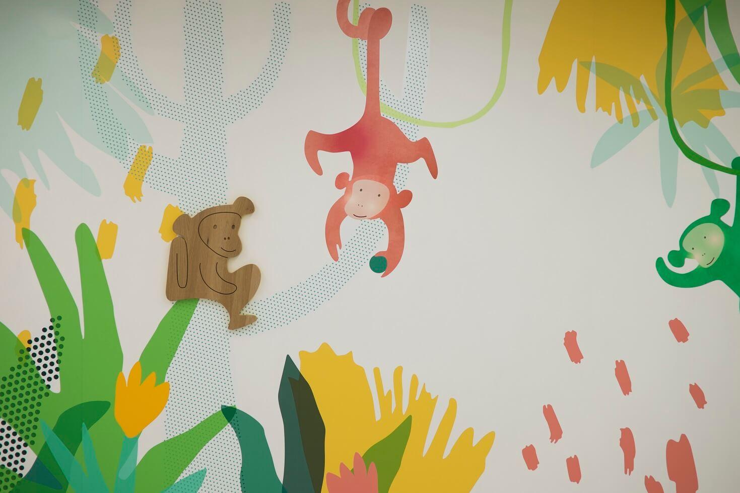 臨牀服務大樓(B座)一樓屬專科門診部門,以猴子為主題。