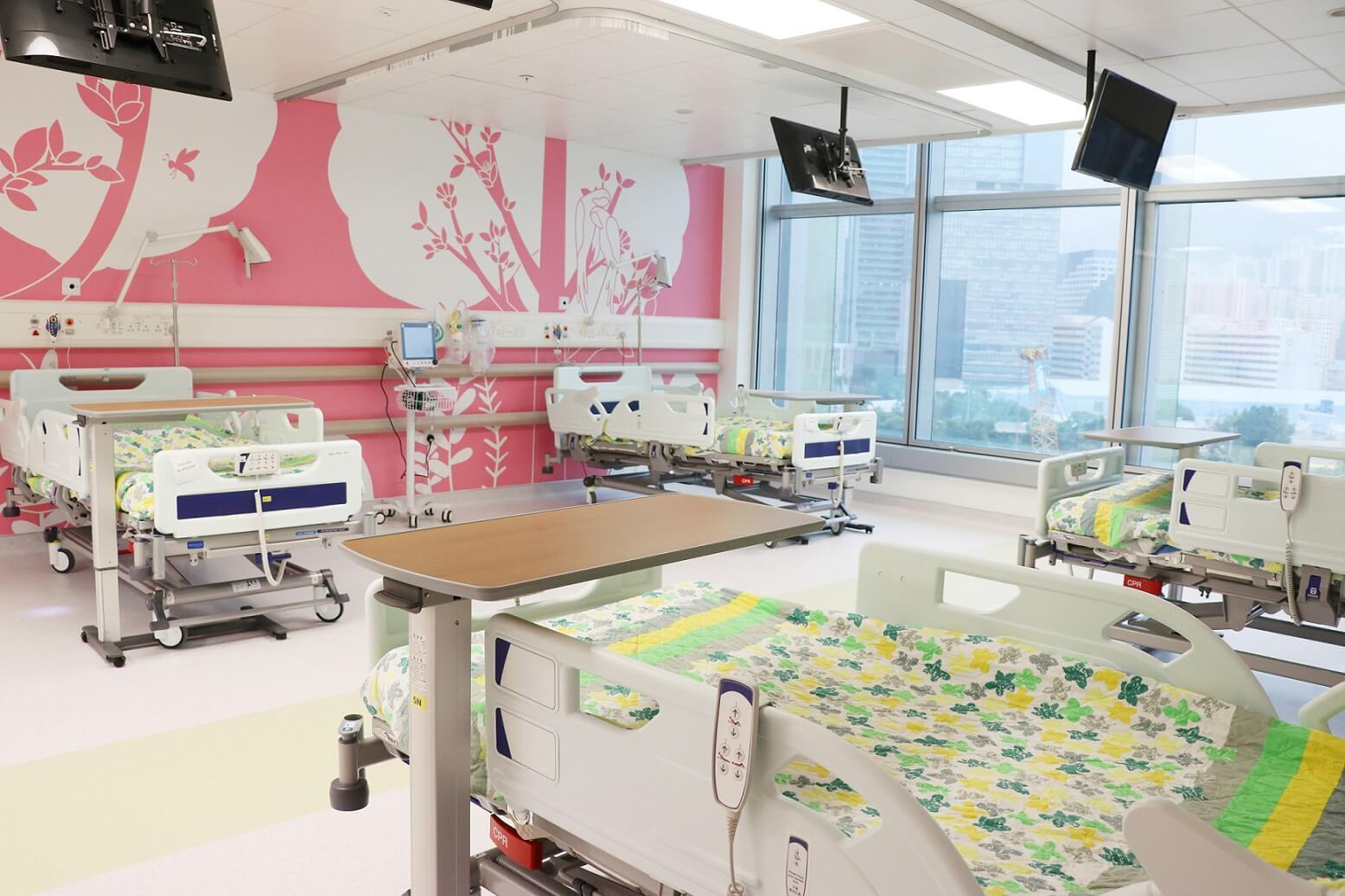 病房牆上有大自然主題畫作,減低小孩不安感。