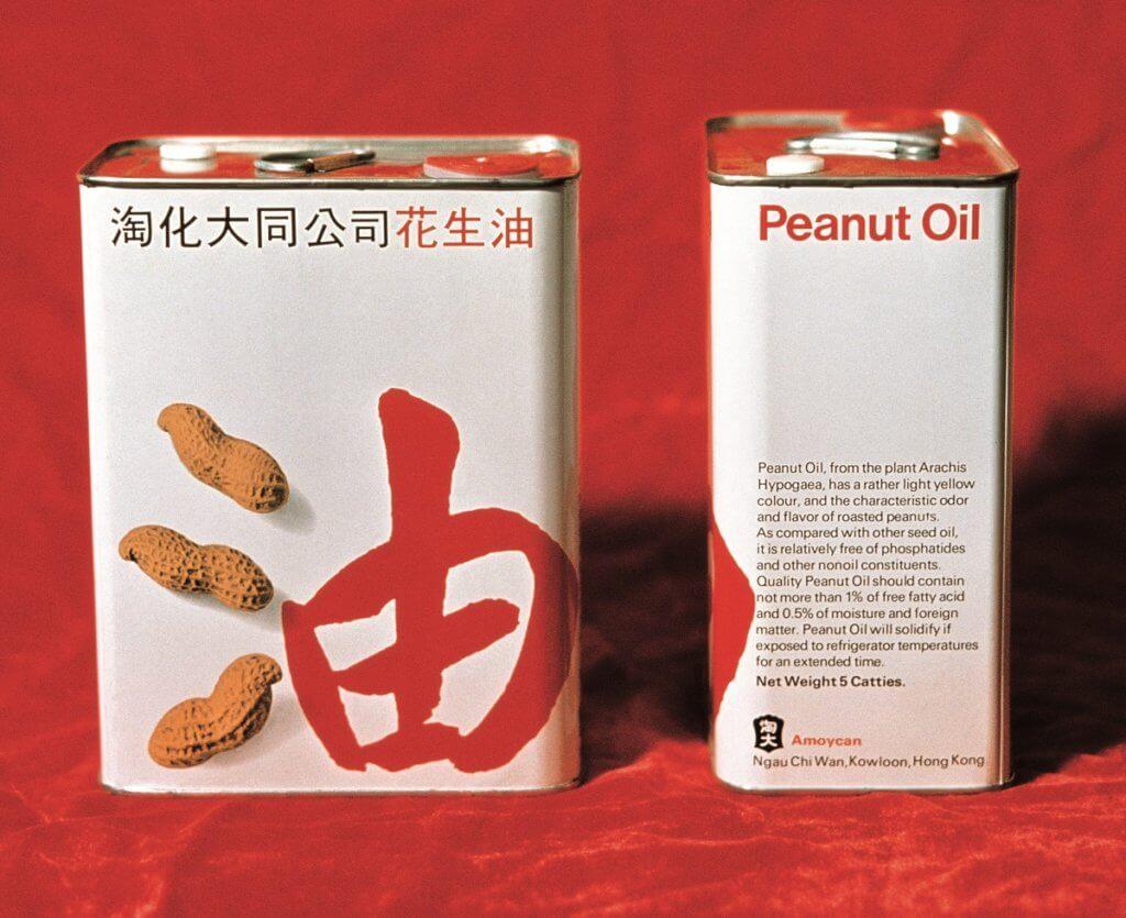 Henry看到中文字的可塑之處,把花生油的三點水變成三粒花生,設計簡單鮮明,而且十分入屋。