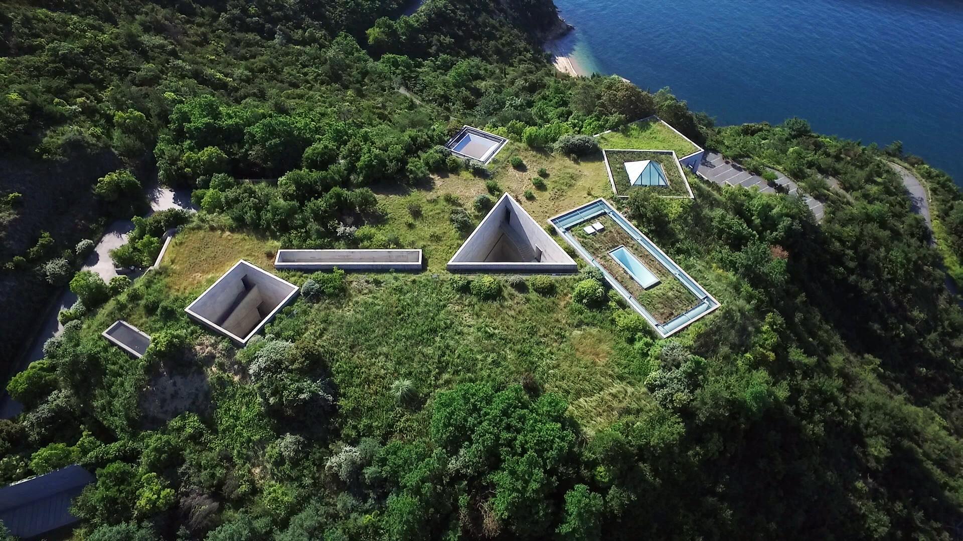 地中美術館是安藤忠雄的代表作之一,為了保留瀨戶內海直島的天然景致,這清水模建築物隱藏地底,與四周自然環境融合。