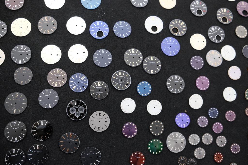 位於La Chaux-de-Fonds的錶盤廠BVLGARI Manufacture de Cadrans專門製造品牌腕錶的面盤,參觀廠房當日就一次過「曬冷」品牌面盤。