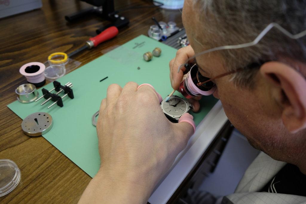 製造腕錶的工序極為精細,每個錶匠都低頭埋首工作,耗費大量精神與心機。