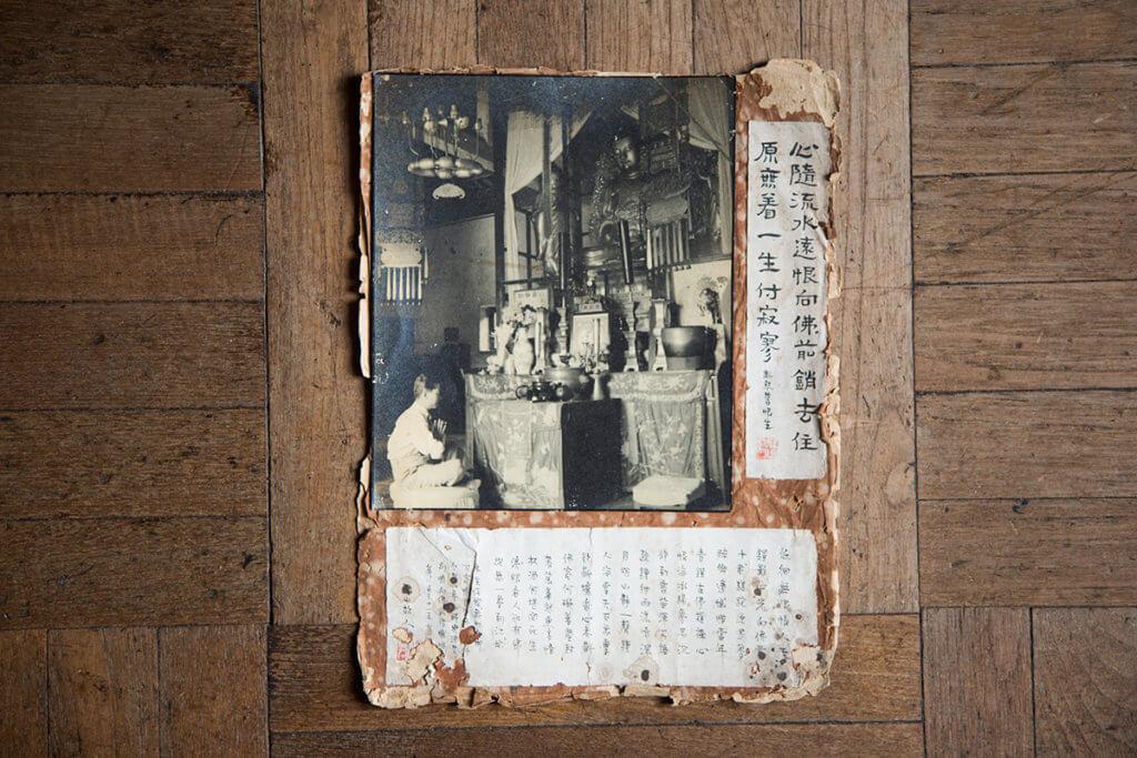 1942年黃佩佳到荃灣東普陀寺參佛,以「江山故人」為筆名,寫下自己決定「與酒告別」,並在佛前懺悔。
