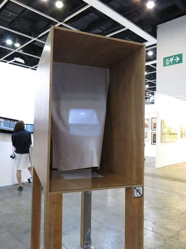 展示這種手工粗糙作品,是為了讓人看到藝術圈很naive嗎?