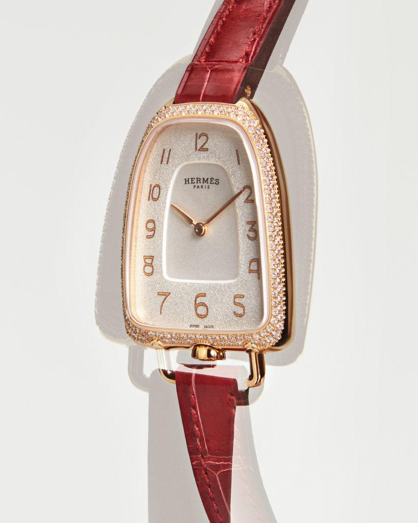 玫瑰金鑲鑽Galop d'Hermès腕錶,炭火紅色亮面短吻鱷魚皮錶帶。錶圈鑲上150顆鑽石,約0.66卡。錶面40.8x26毫米,錶耳內側間距10毫米,防眩光藍寶石水晶錶鏡,瑞士製造石英機芯,防水30米。