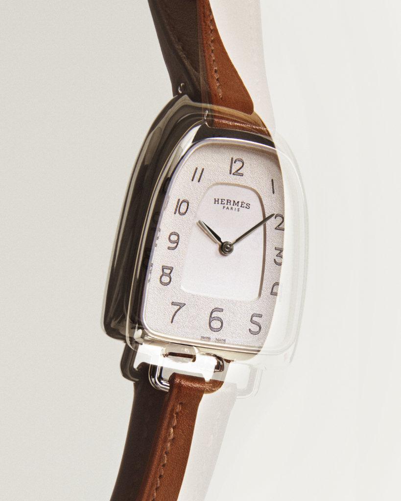 316L精鋼Galop d'Hermès腕錶,自然色Barenia小牛皮錶帶。錶面40.8x26毫米,錶耳內側間距10毫米,防眩光藍寶石水晶錶鏡,瑞士製造石英機芯,防水30米。
