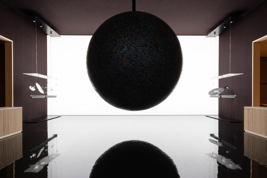 巨型黑色「地球」裝置,網絡被譽為今年SIHH十大難忘場景之一。