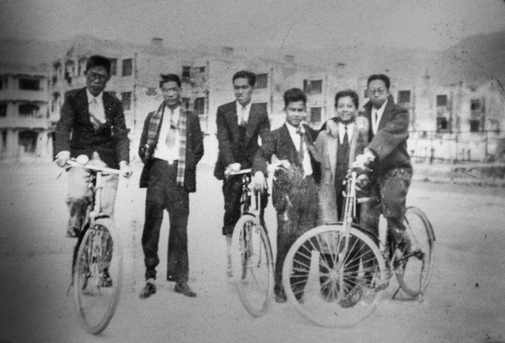 西裝筆挺的黃佩佳任職庫務署公務員,與同事布達才(中)、黃賢修(右)合組「雄風社」行山,後合併為「庸社行友」,乃香港歷史悠久的行山組織,至今仍然運作。