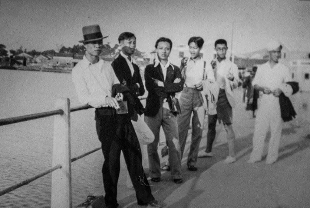 即使上世紀三、四十年代交通不便,黃佩佳(左三)依然與友人經常出遊,這照片攝於元朗舊墟。