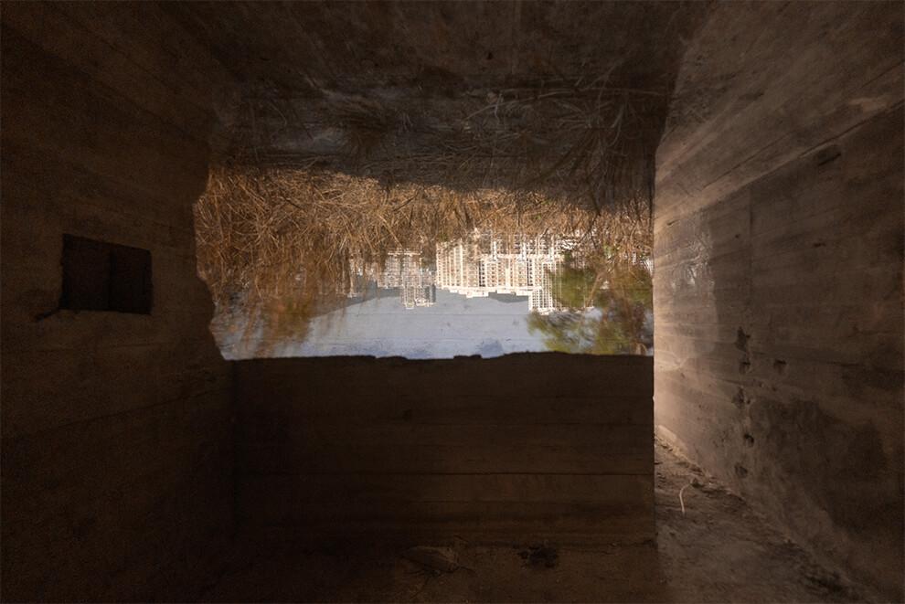 攝影師蕭偉恆作品《四面夏娃(和一面牆)》,他到新界東北的機槍堡,用暗箱手法拍攝,外面深圳的影像倒轉投射到機槍堡內。