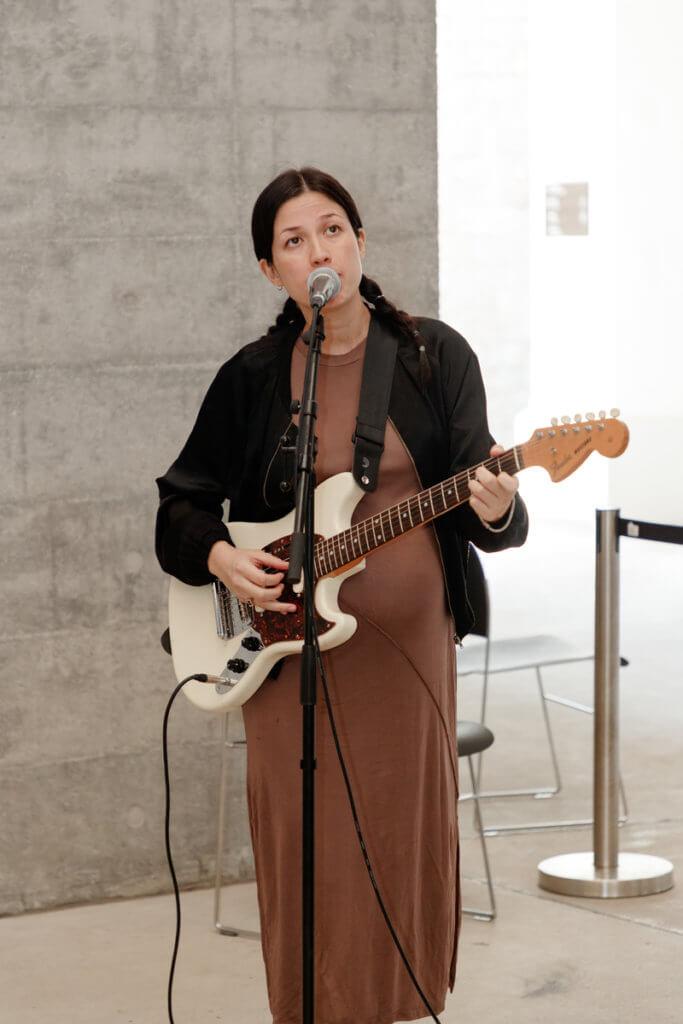 . Emma回港後積極跟不同人合作,同聲音創作去回應社會問題和紀錄香港,如《Mahal Kita》一曲由她跟本地外傭的訪談和相處寫成。