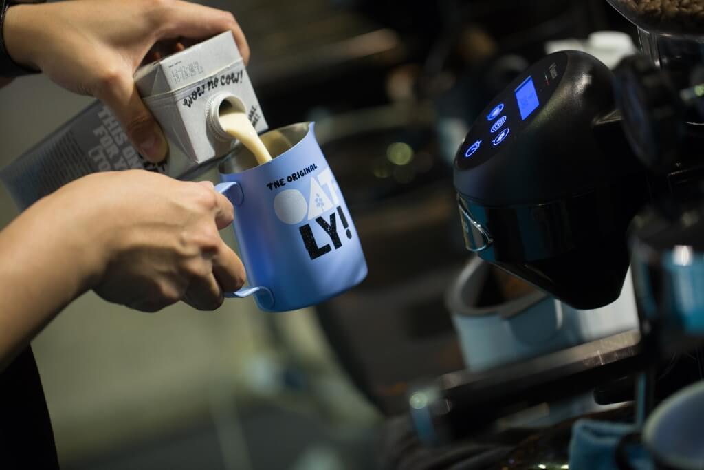 燕麥奶以Oatly較為人熟悉,最近更以新配方推出咖啡師專用版本,透過調節酸鹼度和脂肪比例帶來與牛奶相近的效果。