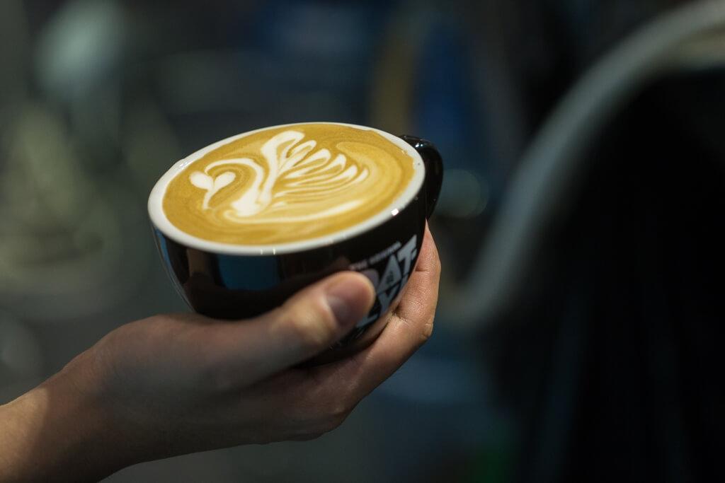 經特別調配的燕麥奶所製作的Latte從表面上看,拉花效果、色澤與一般牛奶Latte無異,但細味品嘗會帶麥味。
