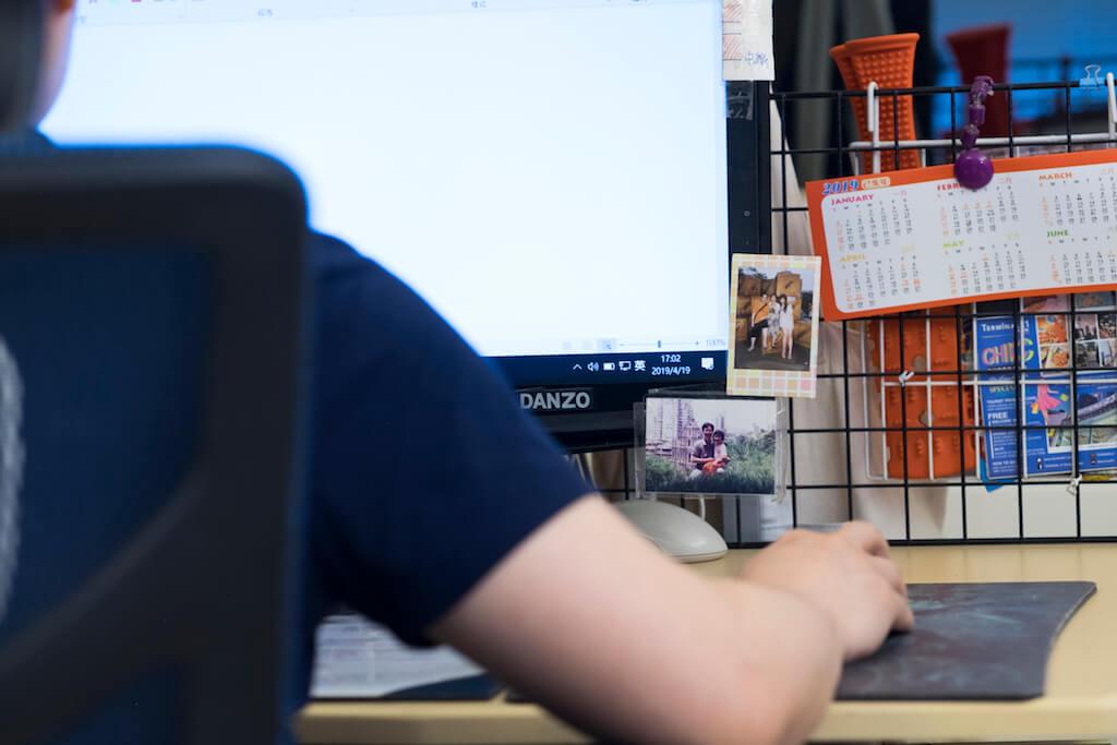 寫作用的電腦,貼着全家福寶麗萊。