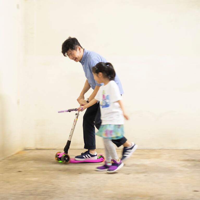 William挑戰女兒玩滑板車,女兒出茅招阻止他轉圈。