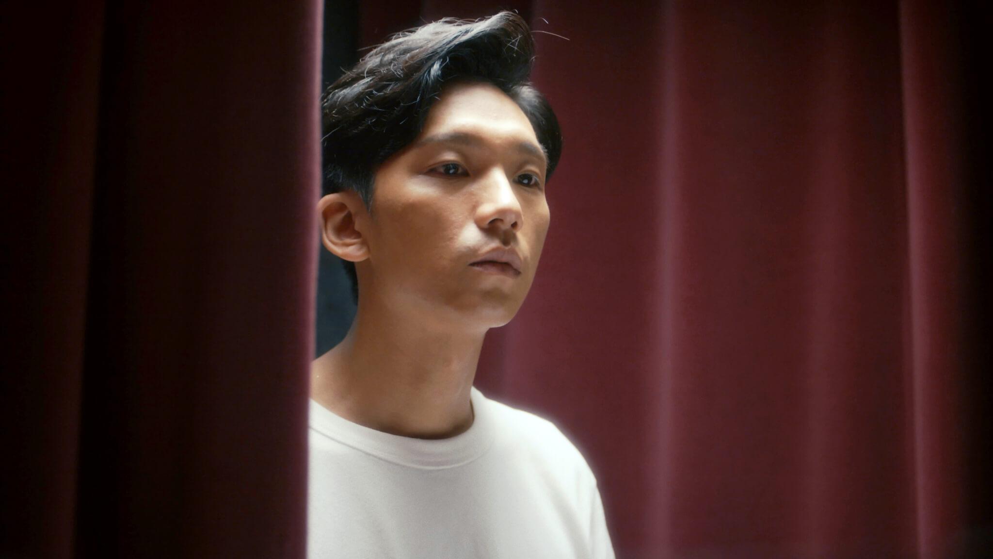 盧鎮業(小野)為《一雙》的男主角,演繹被綁手老人年輕時各個重要時刻。