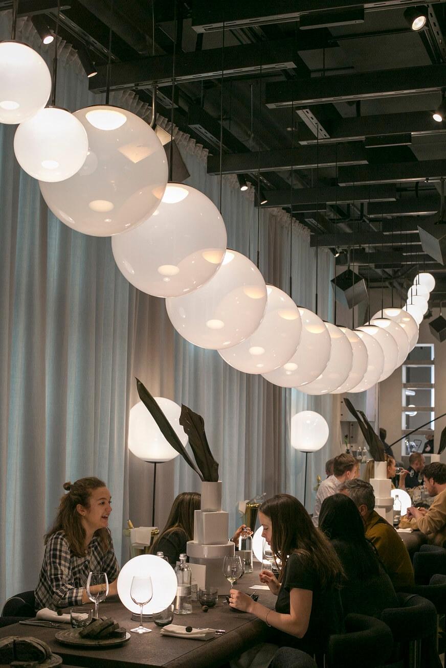 用餐區選用Opal燈飾,柔和的光線讓人放鬆下來。