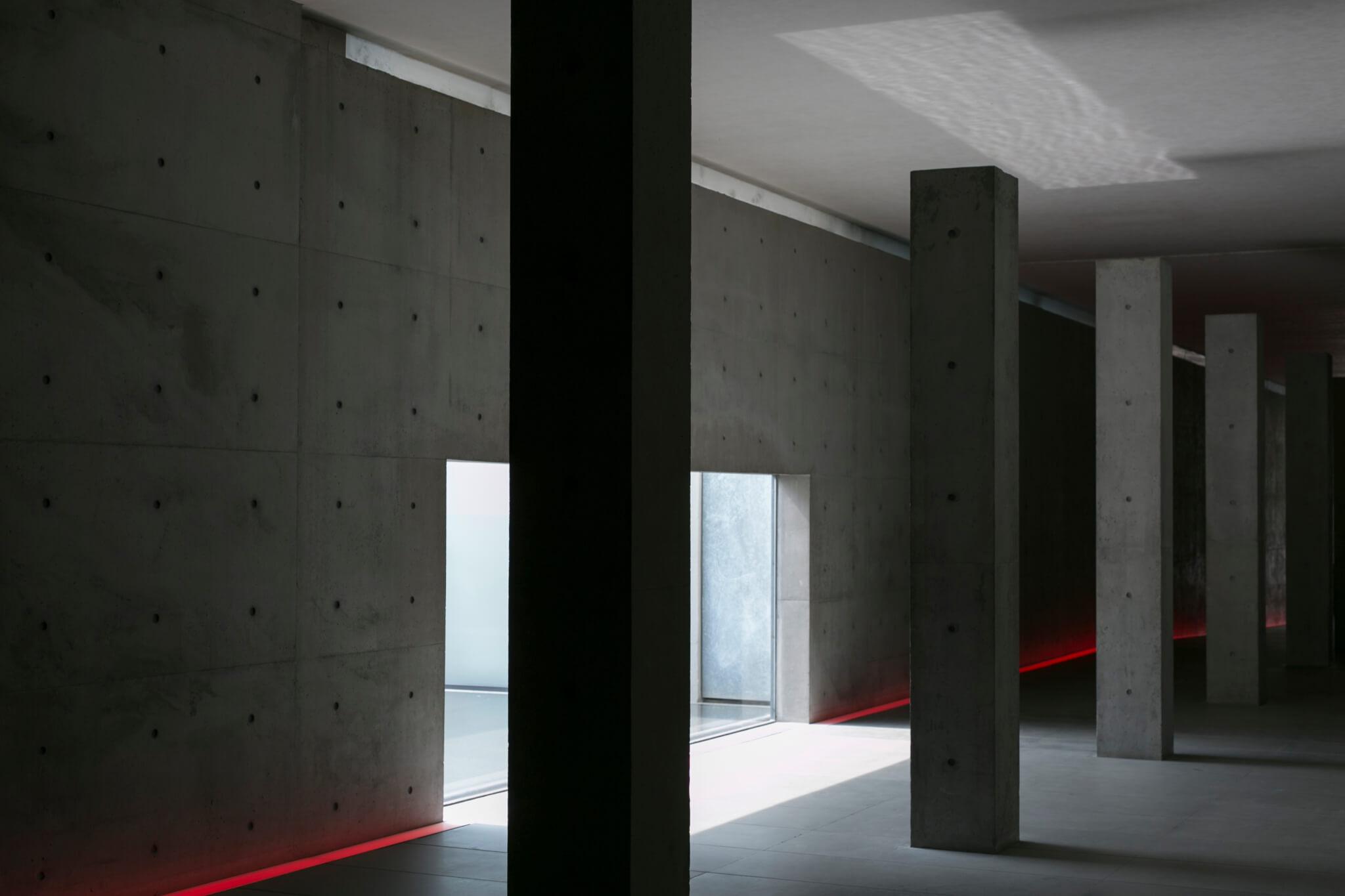 位於展覽對面街的,是Giorgio Armani二十年前委託安藤忠雄設計的總部Teatro Armani,建築物由舊工廠改裝,呈現安藤的簡約設計美學。