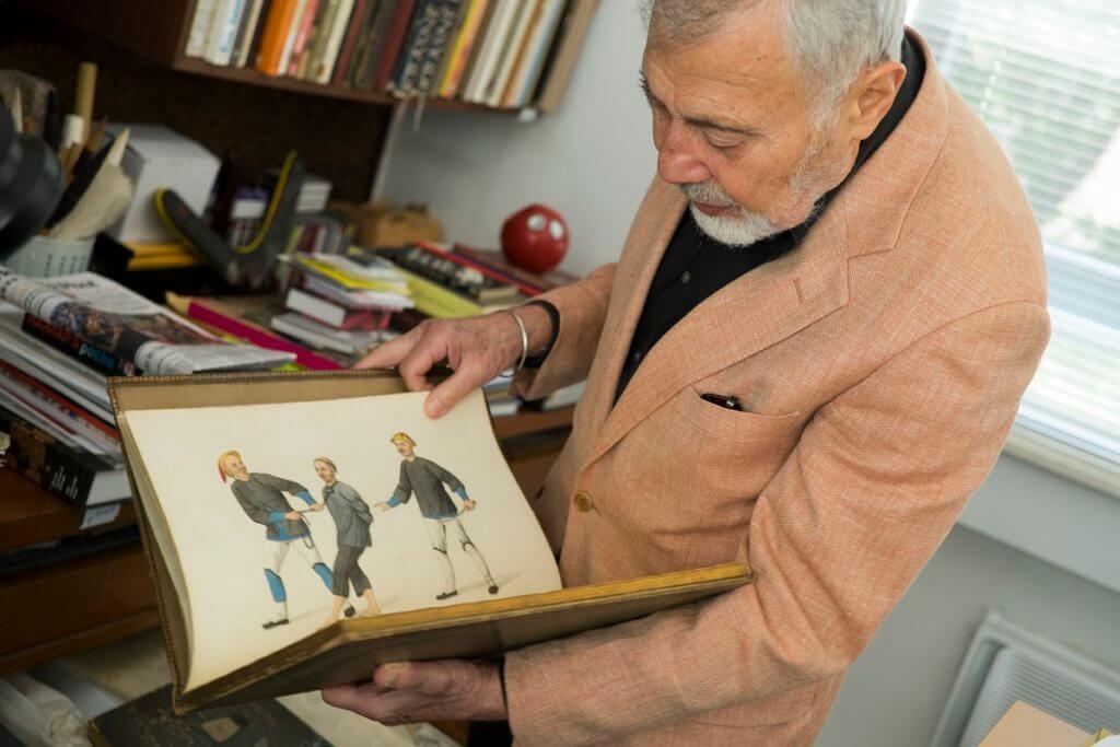 博學多才的他,辦公室收藏不少跟東方文化有關的書本和藏品,如這本講中國刑罰的畫冊。