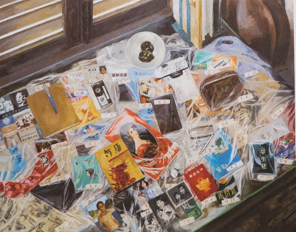 《5月35日》故事中,六四遇害學生捷捷的父母一直沒收拾兒子的書桌,每件遺物都被編了號碼,放進膠套中。(楊東龍繪)