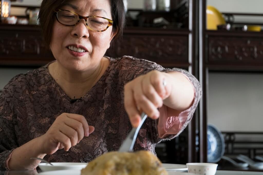 著名飲食專欄作家「大師姐」偶然一次去澳門杏香 園,吃到他們的炸裹蒸糉;霎時勾起兒時回憶。