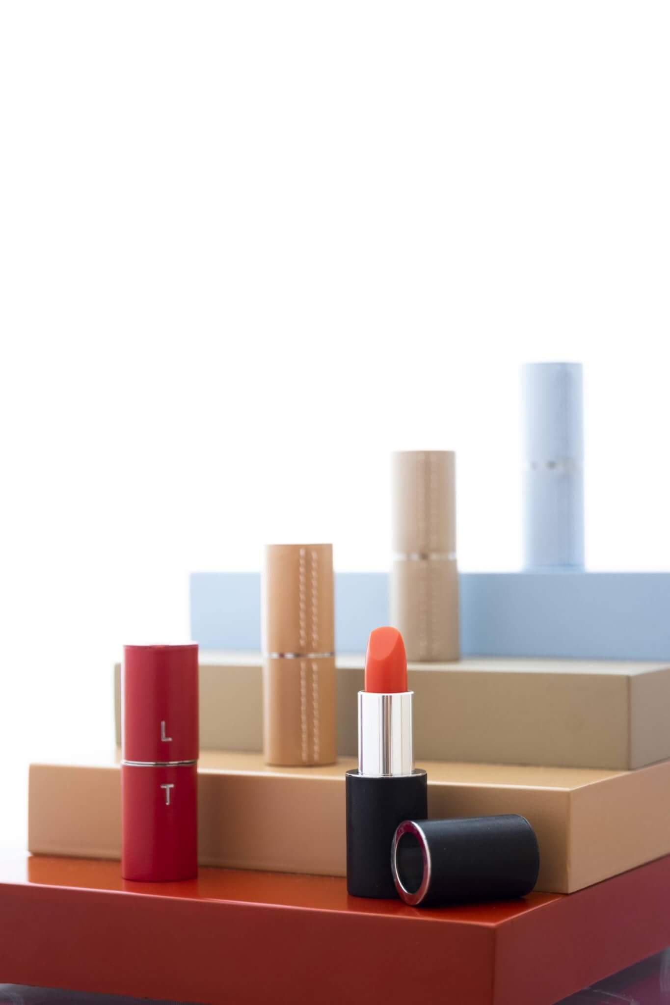 法國膏唇品牌La Bouche Rouge的創辦人Nicolas Gerlier注意到全球每年丟棄一億枝唇膏,在生產過程中產生的微塑膠會排到大海,令82%以上的海洋受污染。所以他新研發一系列沒有微塑膠、不使用蜂蠟和可重用包裝的唇膏。 La Bouche Rouge lipstick $350, leather case$1,000 from Lane Crawford