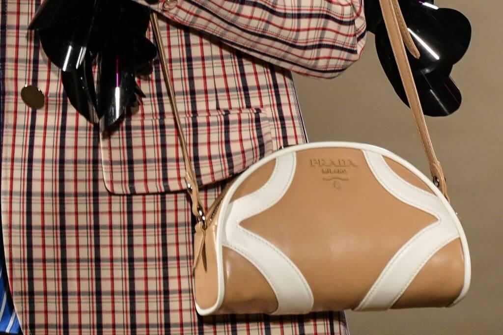 """2000春夏手袋""""Prada Bowling""""回歸成為焦點,同時呼應了繆小姐「將經典重新詮釋」的初衷。"""