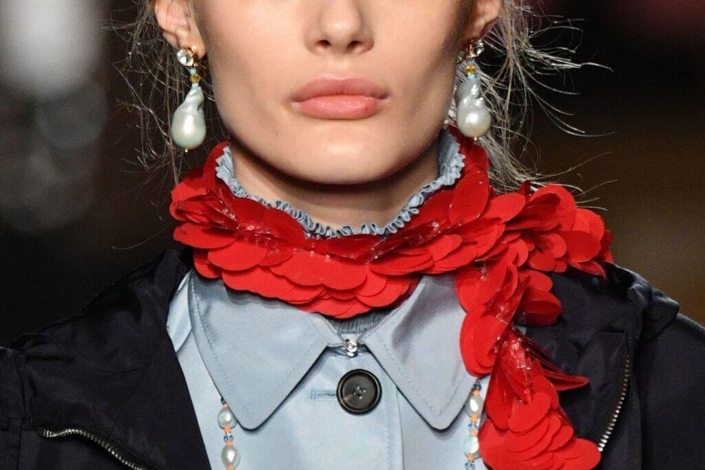 配飾為服裝畫龍點睛,縫滿閃爍珠片的頸巾甚有跳脫感。