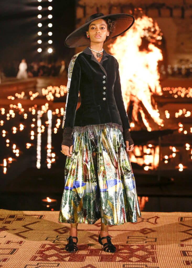 在巴迪皇宮上演早春系列,水池中央放置火堆為catwalk背景,充滿異國情調。