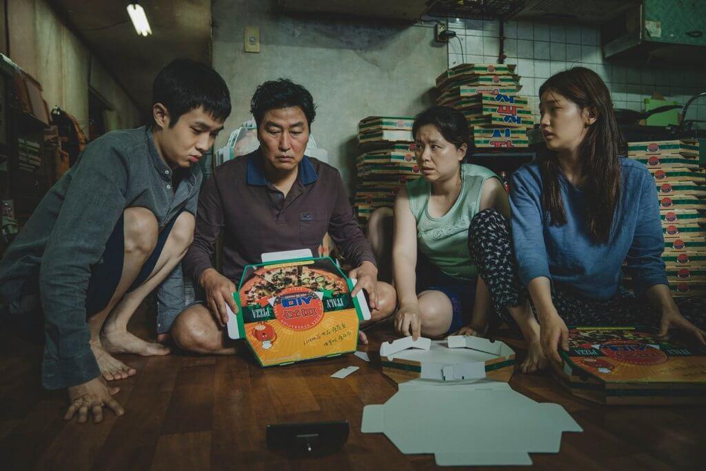 奉俊昊執導的金棕櫚大獎作品《上流寄生族》主角為社會底層的一家四口,劇本紮實。