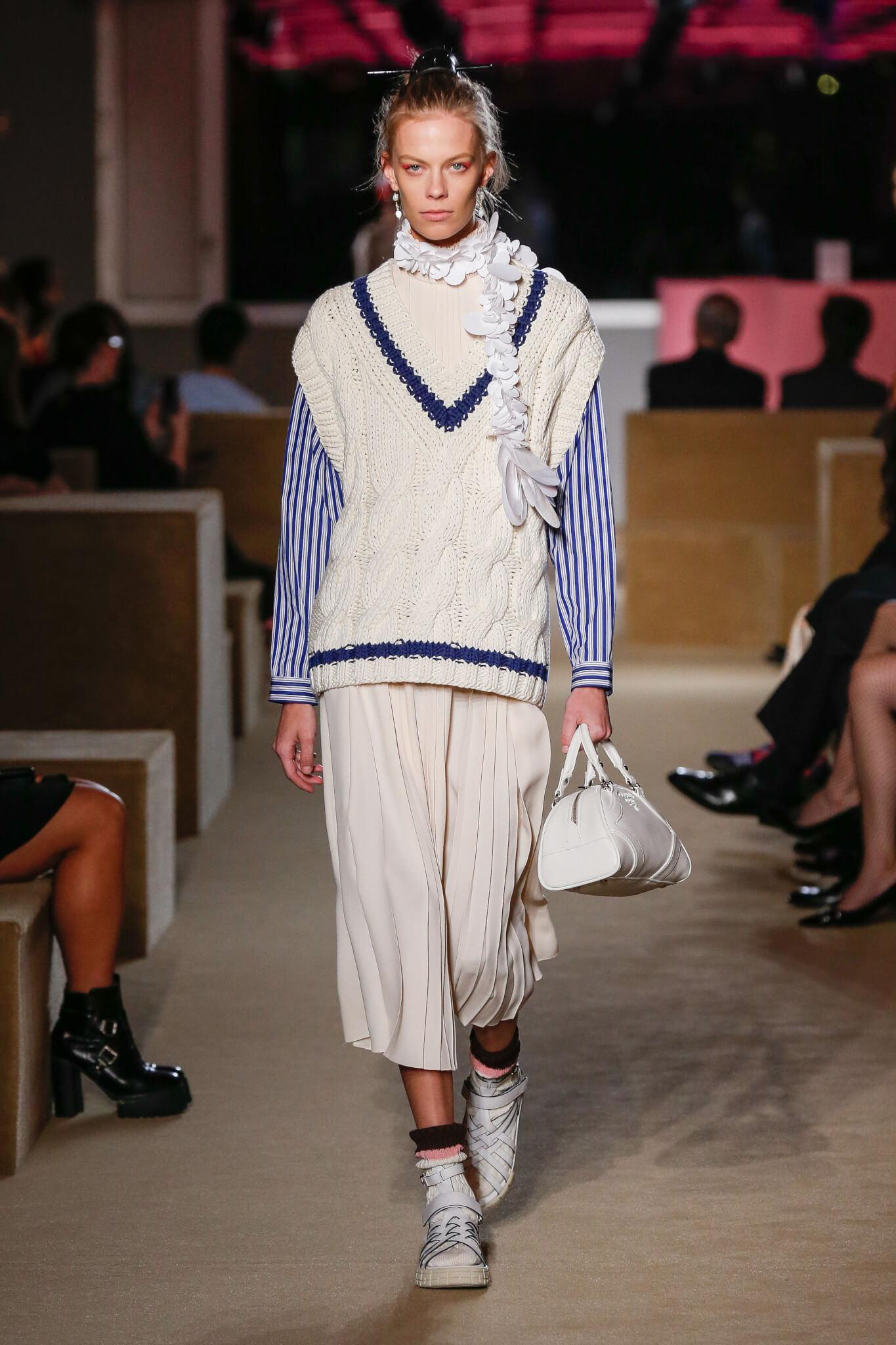 系列包含超經典的款式,包括經典大褸、配黃銅鈕扣的西裝外套、寬身半截裙、粗麻花針織毛衣、碎花套裝等。