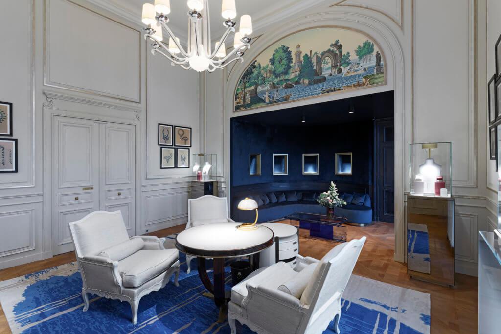 位於1樓的Salon des Créations充滿田園風情,加上Maison Zuber 全新出品的十九世紀風格壁紙,散發濃郁的歷史氣息。這個空間不但色彩豔麗,更展示著 Boucheron 的獨特珍寶。