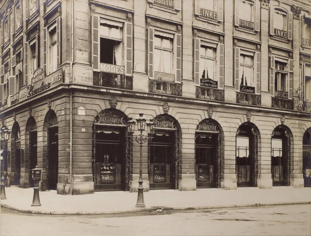 1895年至1900年間,Boucheron芳登廣場26號的舊貌,八道綠色大理石拱門彰顯世家的非凡氣派。
