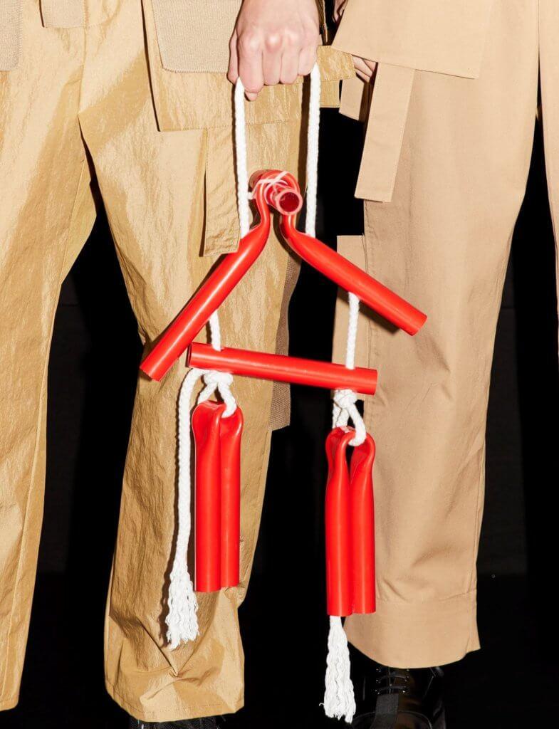 模特兒手上提着類似雙節棍的配件,用繩索捆綁着。