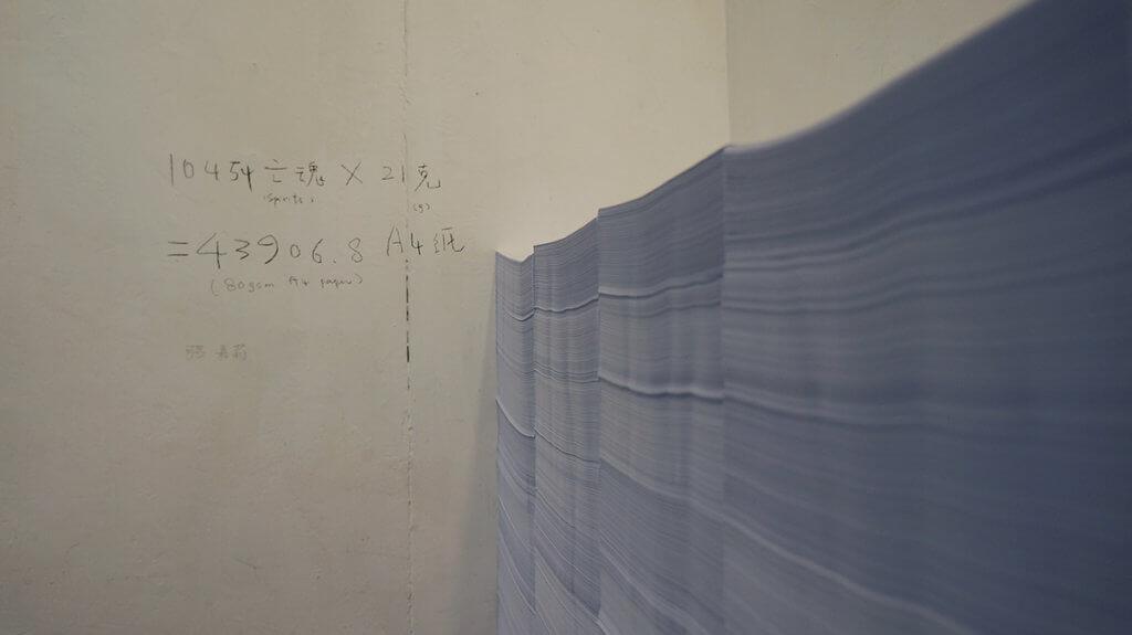 張嘉莉的作品,用四萬多張A4表達六四亡魂的重量。