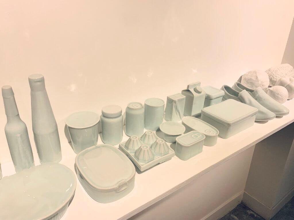 《珍百貨》,尹麗娟運用陶瓷複製出三十多種雜貨商品,包括醬油瓶、罐頭、蔬菜等物,並曾寄存在坪石邨內一家小雜貨店內,幾何亂真。