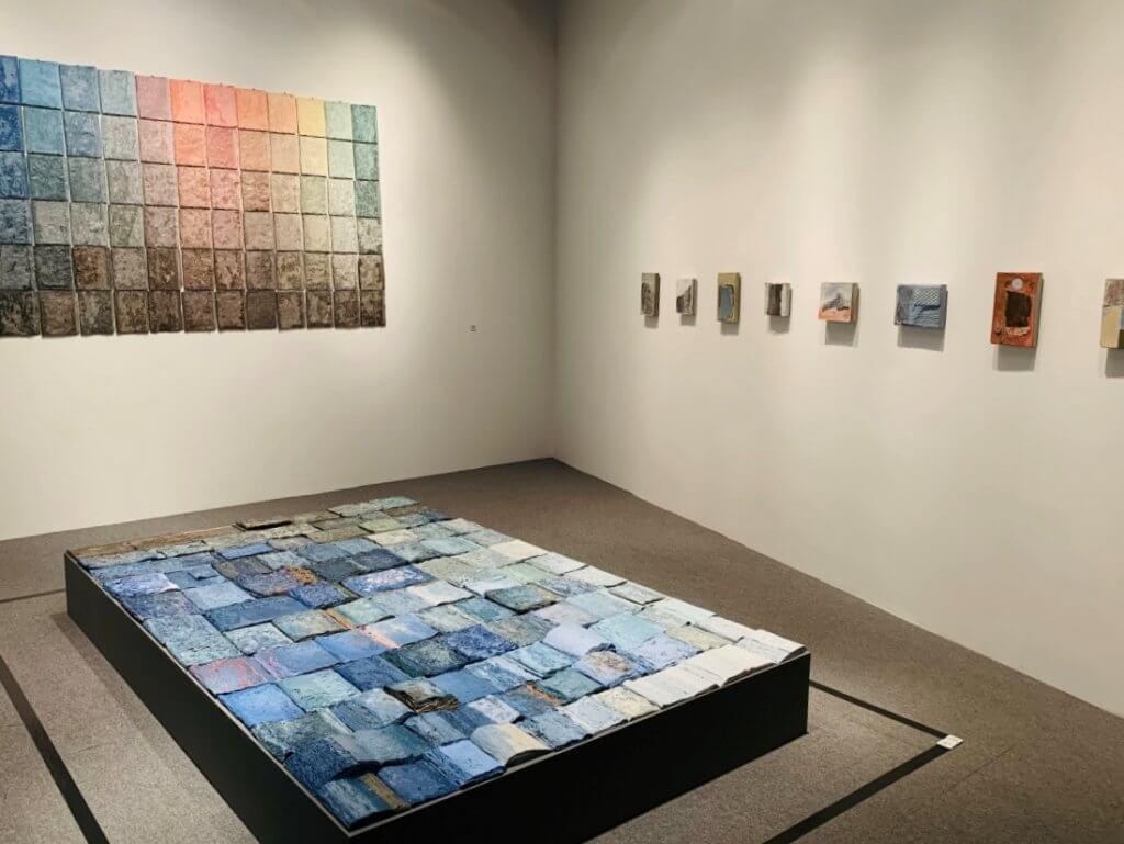 《合.陶》當代陶瓷藝術展中,展出書系列作品《不/一樣的日出》、《不/一樣的藍調》、《今天沒有故事》。